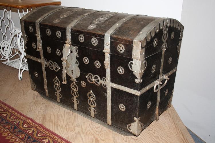 Details zu Antike Truhe mit Eisenbeschläge n massiv Eiche schwarz
